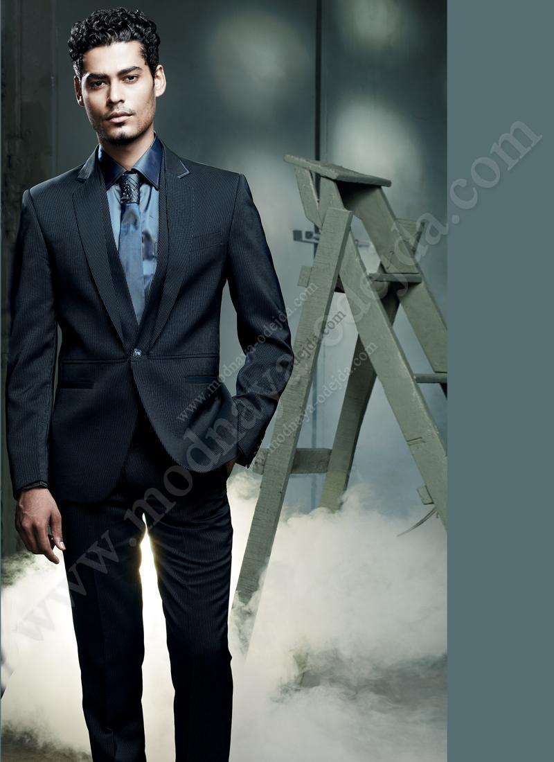 d7d7c1695467f Приталенный мужской костюм-двойка в тонкую синююи чёрную полоску + рубашка  + галстук с брошью