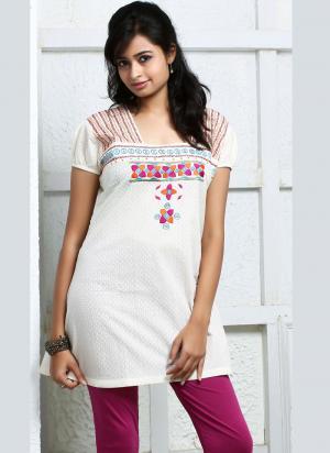 959be3a8476 Бяла женска бродирана лятна блуза от памук, с къси ръкави
