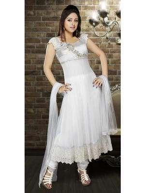06ec92148bdc Hosszú, fehér ruhája a szatén, flitterekkel díszített, gyöngyök