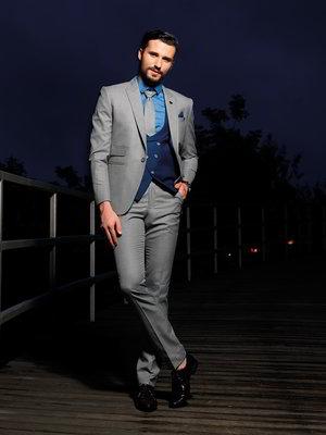 Gris Mâle Costume Trois Pièces Avec Le Bleu Gilet Chemise Bleue Cravate
