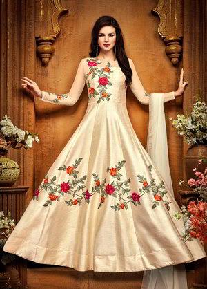 Ein saftiger langes Kleid aus Seide und Chiffon, mit langen ärmeln ...