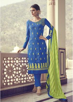 best service 00235 16fe4 Blu indiana in abito / vestito di seta, con maniche lunghe, decorato con  ricami