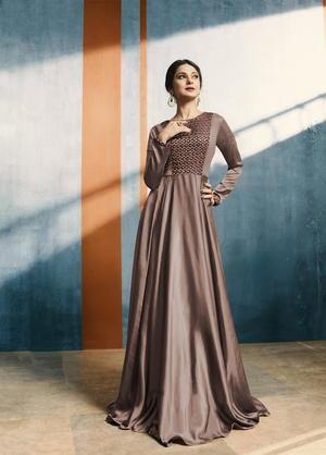 dcfdfdfa224d Marrone abito lungo in legno di raso con maniche lunghe