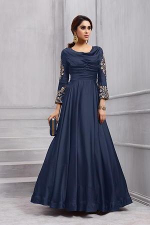 best sneakers ff053 c867d Blaues langes Kleid in den fuboden, mit dreiviertel ärmeln, verziert mit  Stickerei