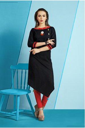 88658e89b6a9 Vestido negro con mangas por debajo del codo